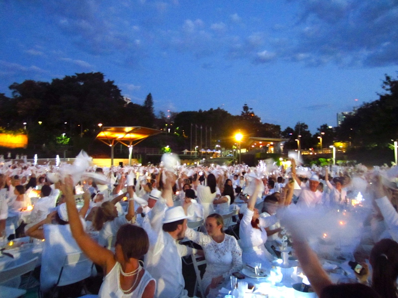 Napkin wave at Diner en Blanc 2014